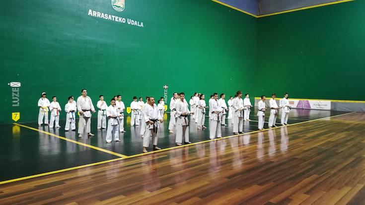 Karate erakustaldia egin dute Saioa gimnasikoek Uarkape frontoian