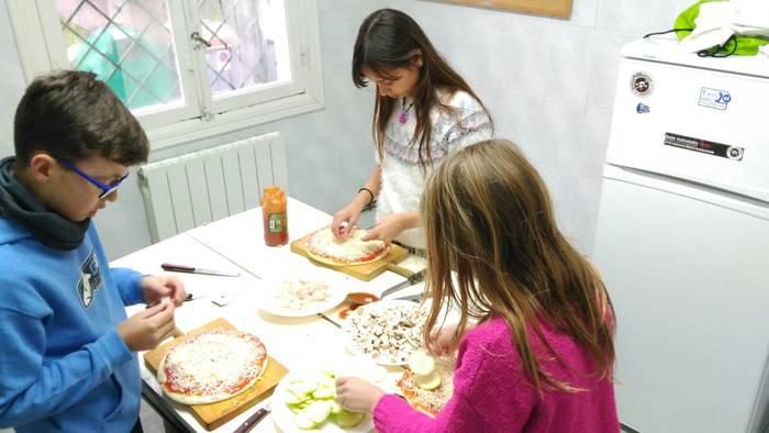 Kaleko hotzari pizza prestatzen erantzun diote Musakolako ludoteka ibiltarian