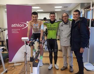 Euskadi Murias taldeko hainbat txirrindulari esfortzu-probak burutzen ari dira Athlonen