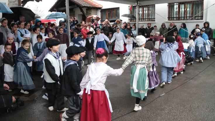 Dantzekin alaitu dute San Blas eguna Buruñao auzoan