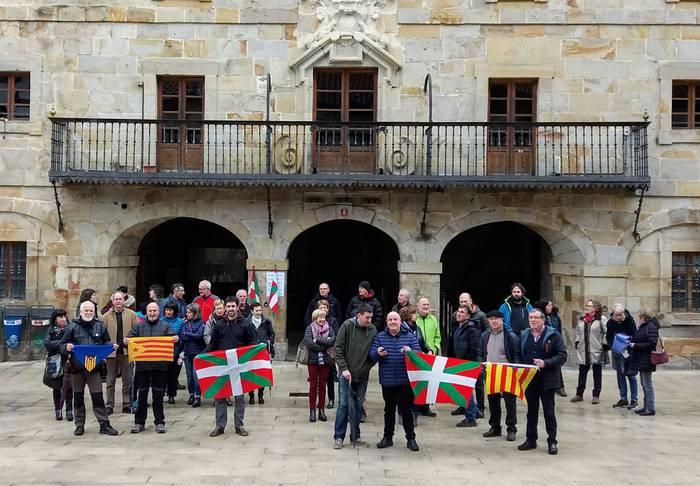 Kataluniari babesa erakusteko elkarretaratzea egin dute Antzuolan