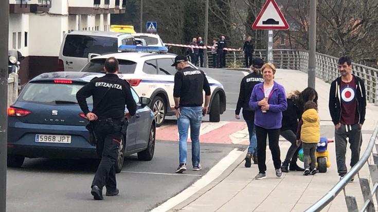 Jaioberri bat hilda agertu da auto baten inguruan, Arrasateko Galizia kalean