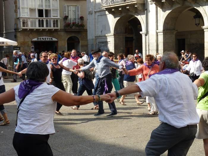 Plazako dantza tradizionalak ikasteko aukera, urte eta erdiren ostean