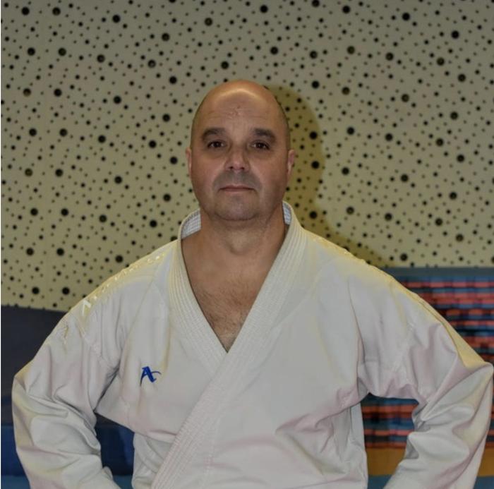 Hogei urte karatearen bueltan lanean
