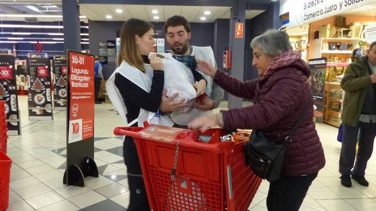 Elikagai Bankuko boluntarioak abenduko bilketa handian