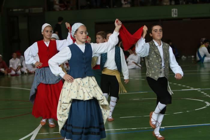 Hendaia eta Iruñako dantza taldeak gonbidatu dituzte domekako Haurren Egunera