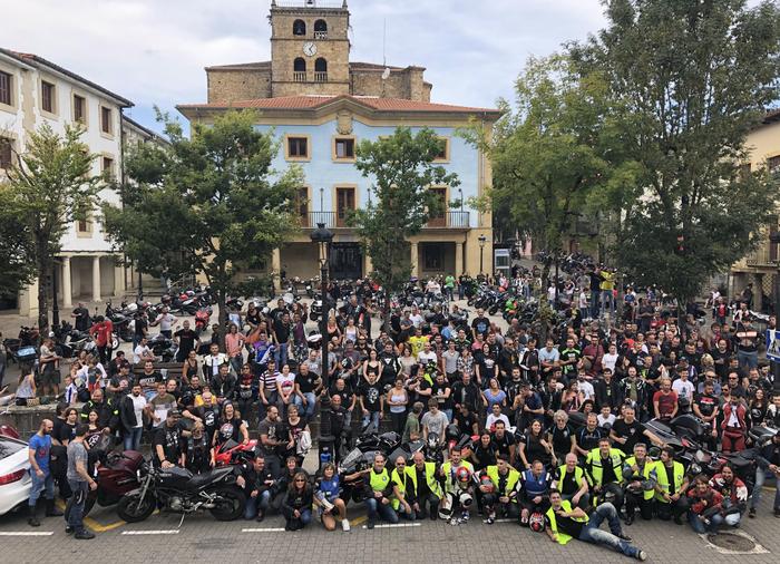 300 motorzaletik gora Elgetako Plazan
