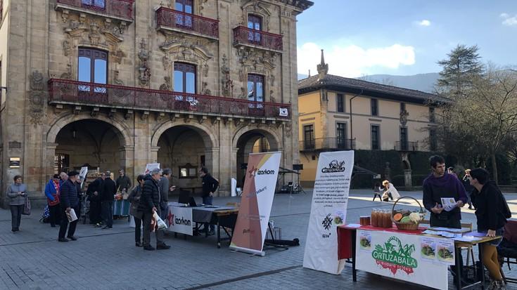 Euskal Errepublikaren Eguna ospatzeko proiektu burujabeen azoka egin dute plazan