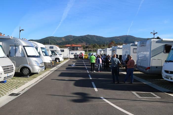 Erabiltzaileak eta Udal ordezkariak pozik San Martin auzoko autokarabana gunearen inaugurazioan