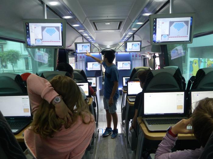 Gazte arrasatearrak programazio nozioak ikasten ari dira Ikasgela Ibiltariak ekimeneko autobusean