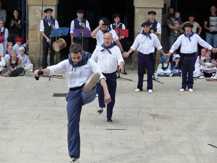 Txupina botaz eta ikurrin dantzarekin jaietan dira Antzuolan - 26