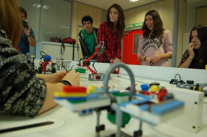 Arizmendi Ikastolan bost urte roboten eta Lego piezen artean ikasle sortzaileak eta ekintzaileak egiten