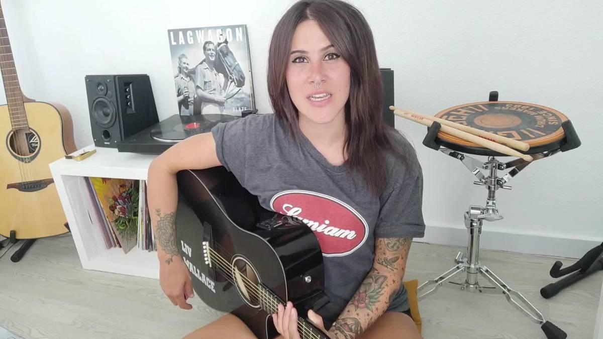 Liv Wallace abeslariak 'Sing along forever' kantua eskaini die antzuolarrei