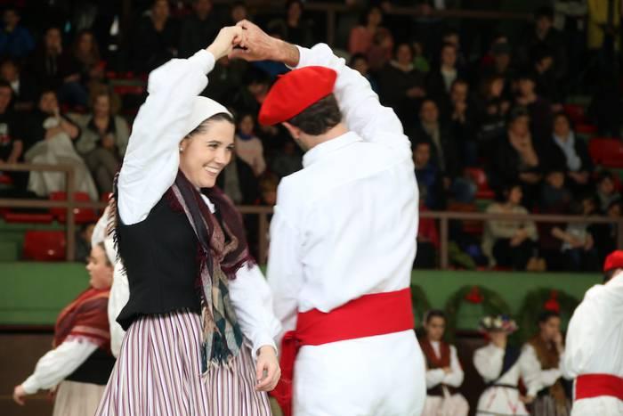 Dantzari helduen taldeak elkarrekin Aretxabaletan