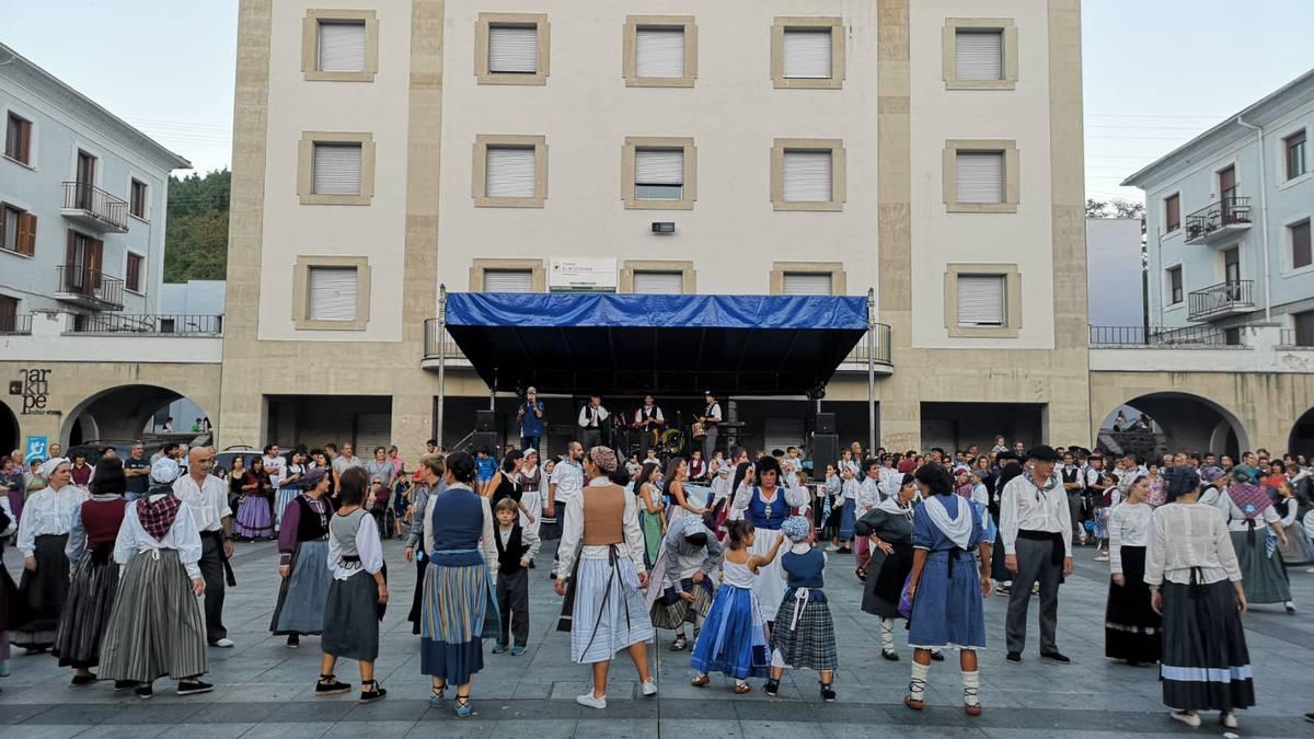 Beinke-Loramendi dantza emanaldiak plaza bete du