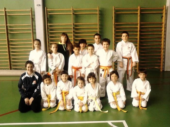Elgetako karate eskolako 14 neska-mutiko izan ziren zapatuan Oñatiko txapelketan