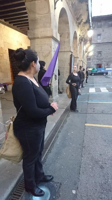 Bergaran emakumeen eskubideen aldeko kalejira performancea egin zuten - 3