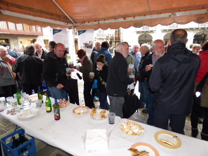 Pintxoak, edatekoa eta musika izan zituzten EH Bildukoek Herriko Plazan