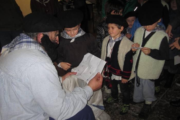 Aramaio: Euskal Herriko ikazkin ezagunena bihar iritsiko da