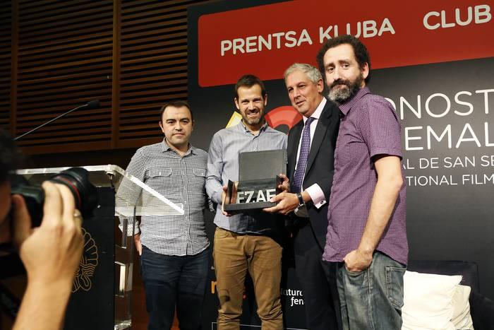 Euskadiko zinema-aretoen elkarteak 'Loreak' filma saritu du industriari eginiko ekarpenarengatik