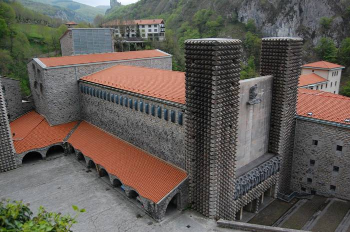 Basilika diseinatu zuten arkitektoak omenduko dituzte zapatuan Arantzazun