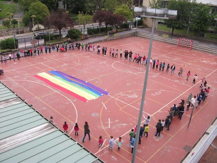 Herri Eskolako ikasleek kolorez bete dute patioa, LGTB fobiaren kontra
