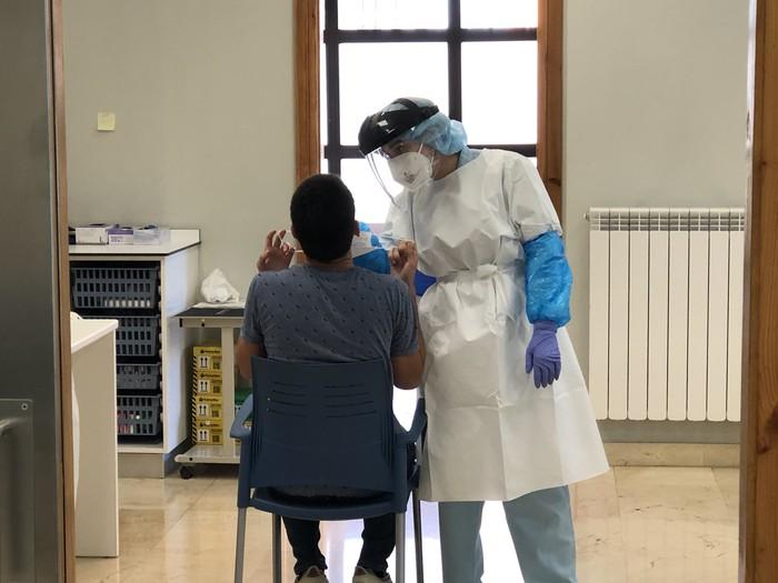Mallorcatik, Saloutik, Coniletik edo Benidormetik datozen gazteei PCR proba egiteko eskatu die Osasun Sailak