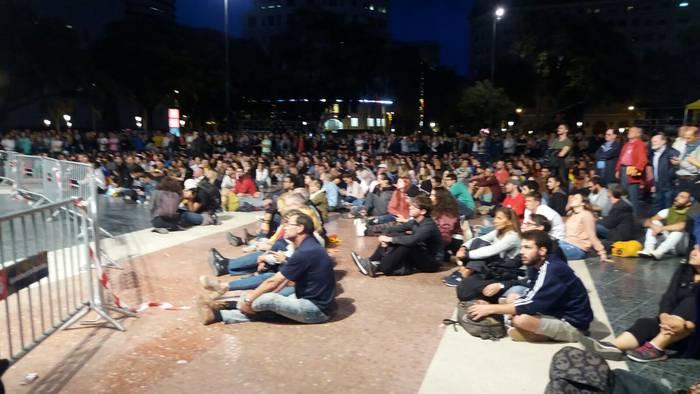 Jendea emaitzak jakin guran Katalunia plazan