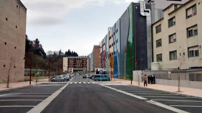 Debagoieneko Ospitalearen atzeko kalea urbanizatu dute, eta 30 aparkaleku berri egokitu