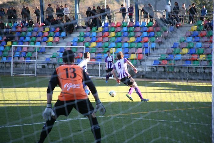 FUTBOLA: Domekan irabazita (3-1), goiko postuetara begira dago Mondra