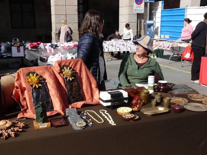 Bigarren eskuko eta artisauen produktuek arrakasta izan dute Bergarako Domeka Azokan