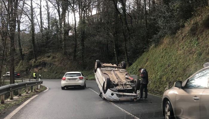 Auto bat irauli da Arrasateko Bizkaia etorbidean