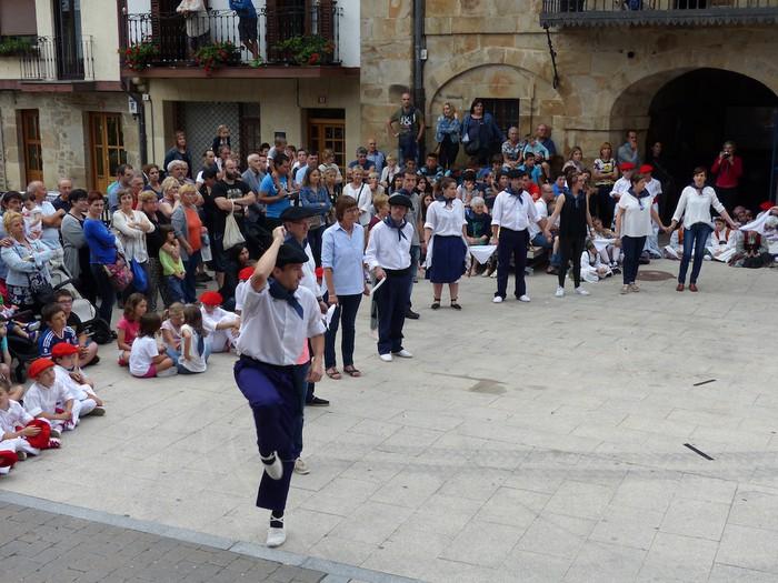 Txupina botaz eta ikurrin dantzarekin jaietan dira Antzuolan - 54