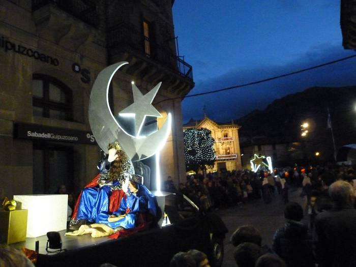 Lau karroza aterako dira arratsaldeko desfilean Oñatin