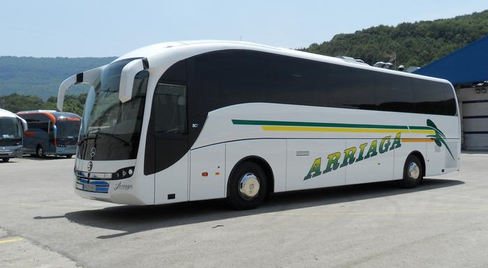 Taxi-bus zerbitzua kentzearen aurkako esku-orriak gaitzetsi ditu Arrasateko Udal Gobernuak