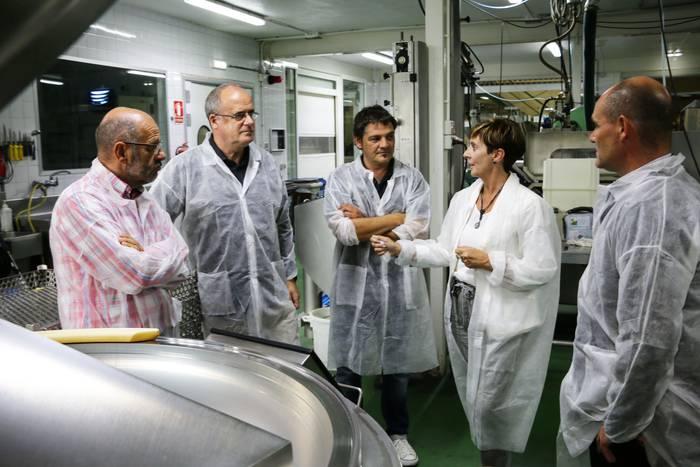Eskoriatzako Pates Zubia enpresan izan dira Arantza Tapia eta Joseba Egibar