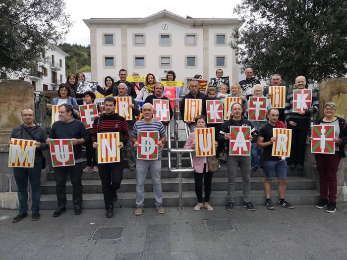 Aretxabaletatik Kataluniara begira erreferendumaren urteurrenean