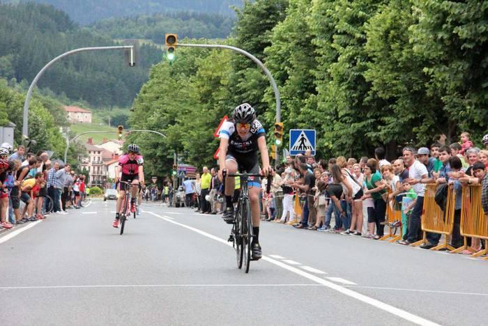 Kadete mailako Eroski-Portabicis.com taldekoak podiumean izan dira Bergaran eta Oñatin