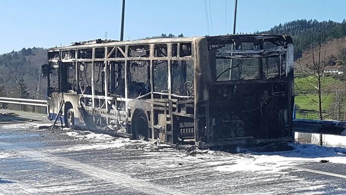 Autobus bat su hartuta Arrasaten - 2