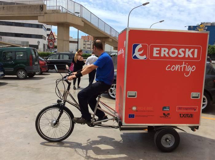 Etxez etxe banatzeko bizikleta elektrikoa erabiliko du Eroskik Ibizan