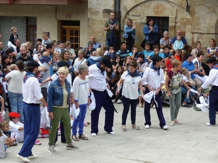 Txupina botaz eta ikurrin dantzarekin jaietan dira Antzuolan - 43
