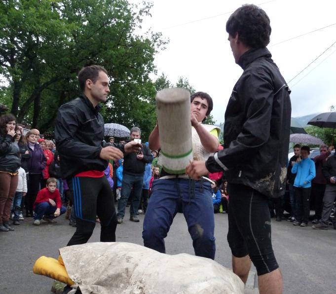 KIROL ERAKUSTALDIA: 50 kiloko harriaren hamalau jasoaldi egin ditu minutu batean Manex Urrutia gazteak
