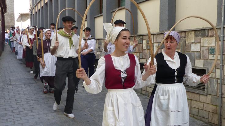 Dantza bai baina abestu ere egingo dute bihar bailarako dantza taldeek