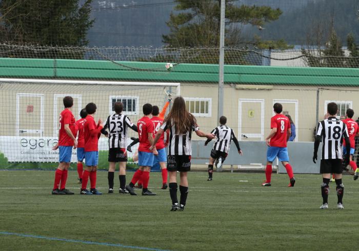 Aloña Mendiko 11 futbolari konfinatuta daude, taldekide batek positibo eman duelako
