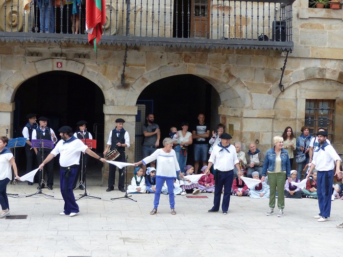 Txupina botaz eta ikurrin dantzarekin jaietan dira Antzuolan - 46