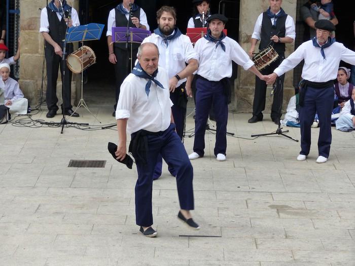 Txupina botaz eta ikurrin dantzarekin jaietan dira Antzuolan - 27