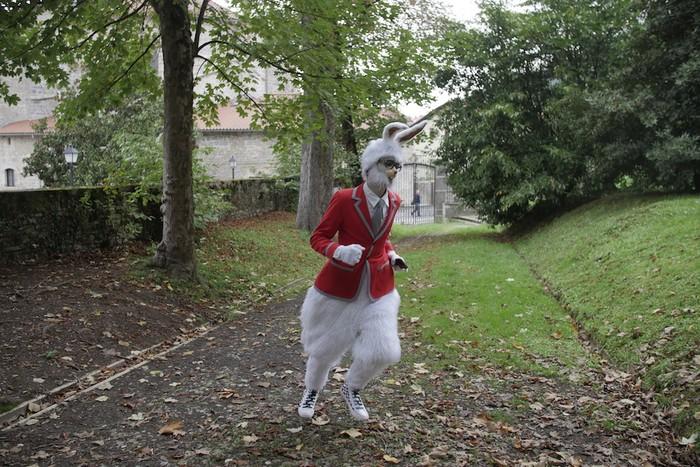 Errekalde jauregiko lorategian ibili dira Alizia eta untxi zuria - 6