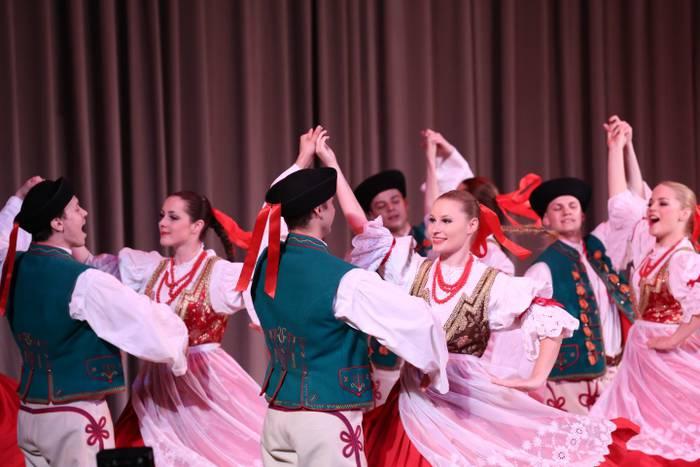 Poloniako folklorea gaur Arrasateko Monterron parkean, 22:30ean
