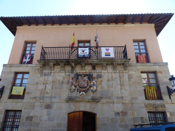 Espainiako bandera bistan jartzeko agindua jaso du Udalak
