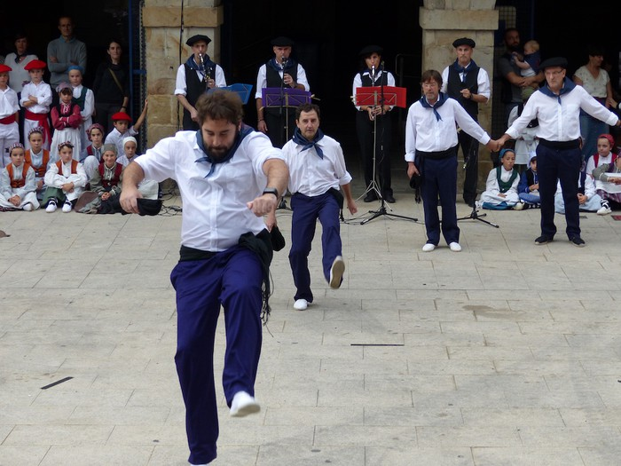 Txupina botaz eta ikurrin dantzarekin jaietan dira Antzuolan - 29